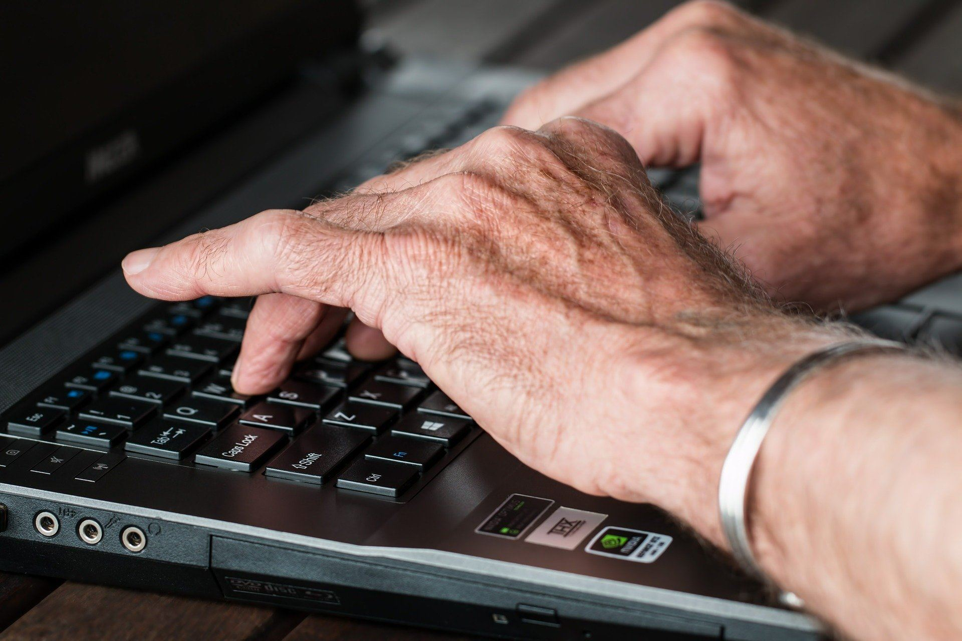 older hands typing